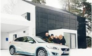 Una familia sueca reduce un 80% sus emisiones de CO2 en seis meses viviendo en una casa ecológica y usando un coche eléctrico